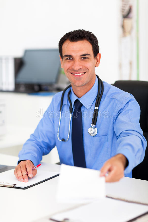 Docteur remettant la prescription images libres de droits
