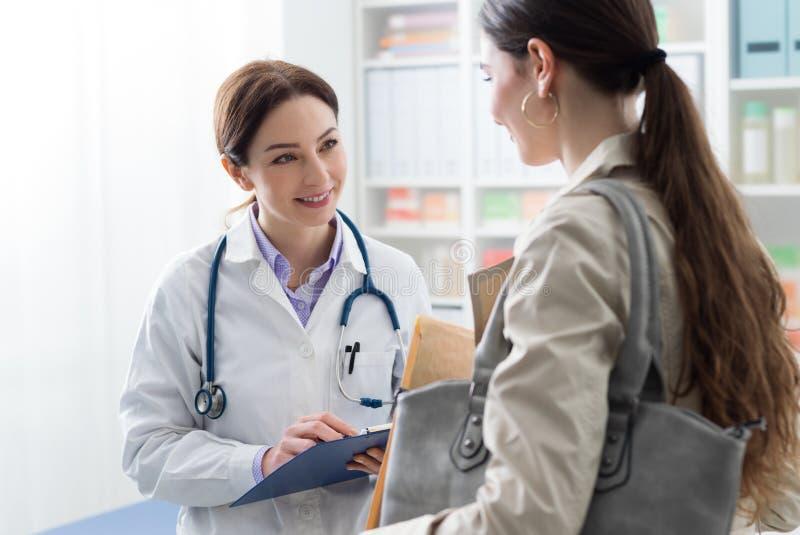 Docteur rencontrant un patient dans le bureau images libres de droits