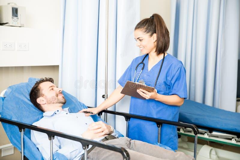 Docteur rendant visite à un patient de récupération photo libre de droits