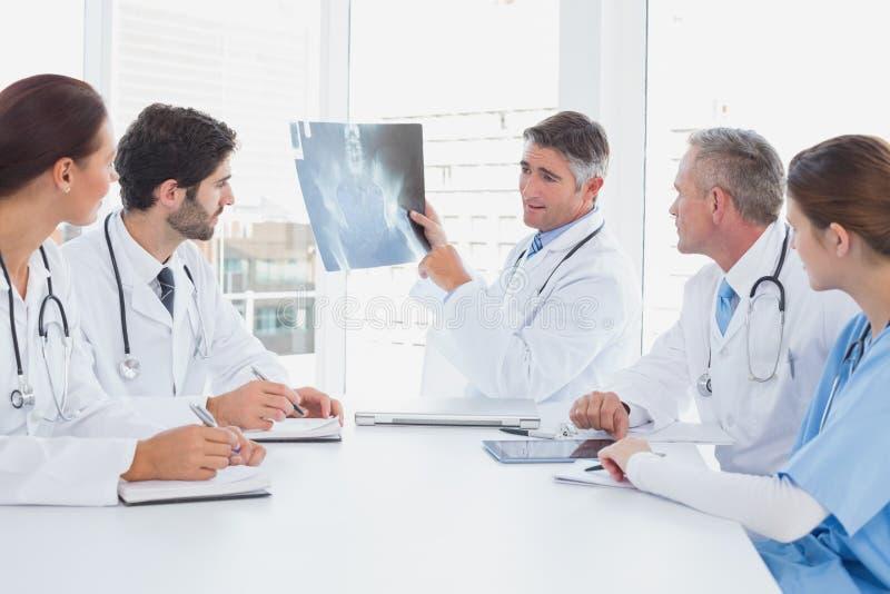 Docteur retardant un rayon X images libres de droits