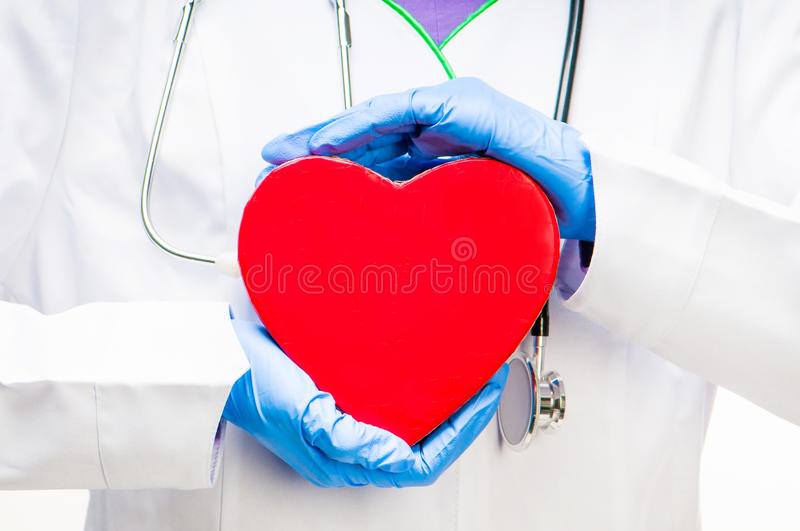 Docteur retenant le coeur rouge images libres de droits