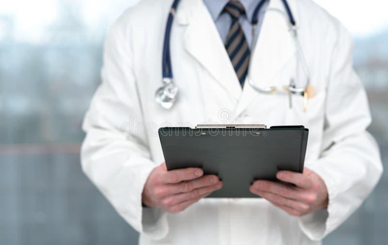 Docteur retenant une planchette images libres de droits