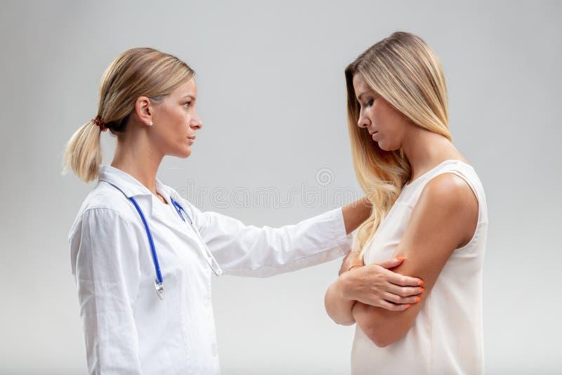 Docteur sérieux de femme montrant l'empathie image stock