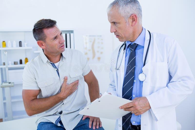 Download Docteur Sérieux Parlant Avec Son Patient Image stock - Image du expertise, regarder: 56484191