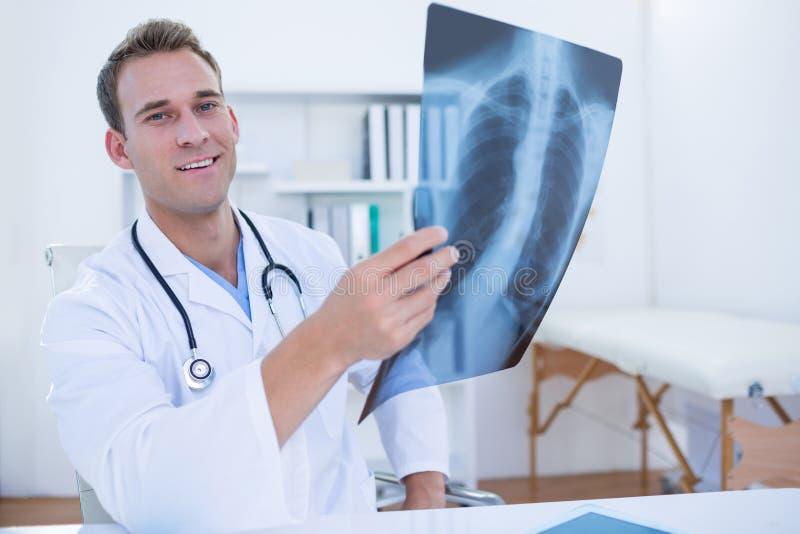 Download Docteur Sérieux Regardant Le Rayon X Photo stock - Image du spécialiste, diagnostic: 56482962