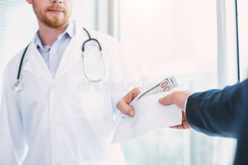 Docteur satisfait prenant un paiement illicite substantiel photos libres de droits