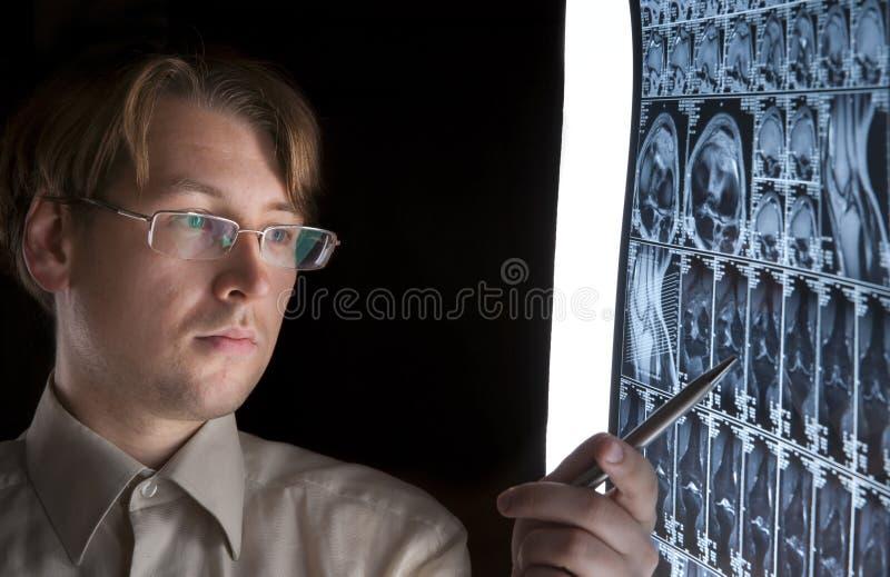 Docteur se dirigeant au balayage de MRI images libres de droits