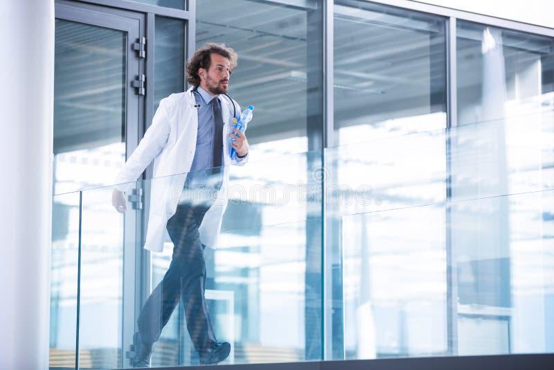 Docteur se précipitant dans le couloir photos libres de droits