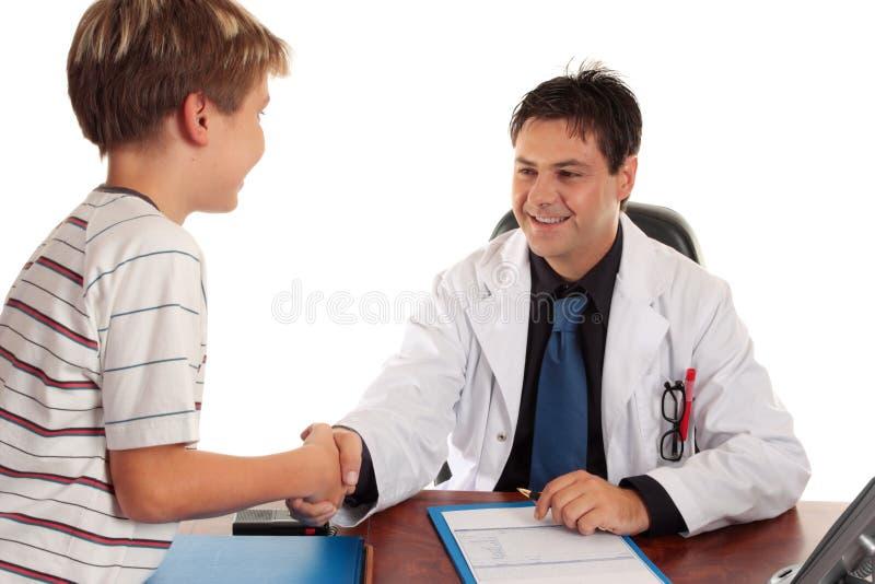 Docteur se serrant la main photos stock
