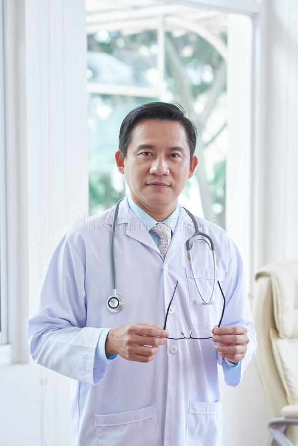Docteur se tenant à l'hôpital photo libre de droits