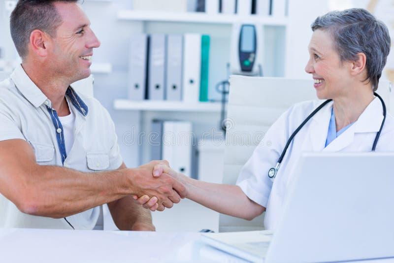 Download Docteur Secouant Et De Son Patient Photo stock - Image du clinique, docteur: 56483146