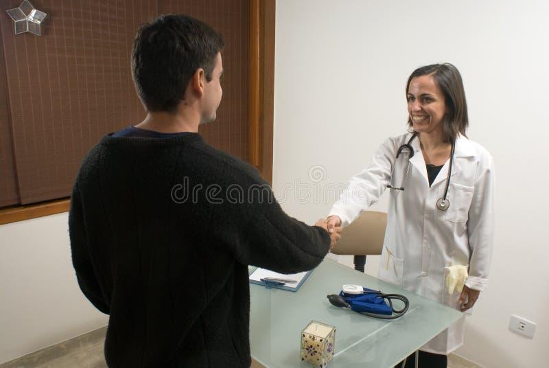 Docteur Shaking Hands avec le patient - horizontal photographie stock