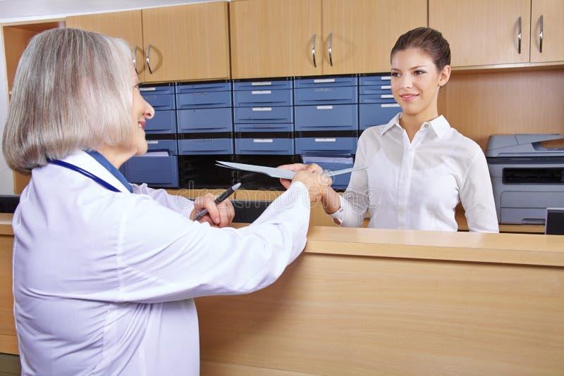 Docteur supérieur à la réception d'hôpital images stock
