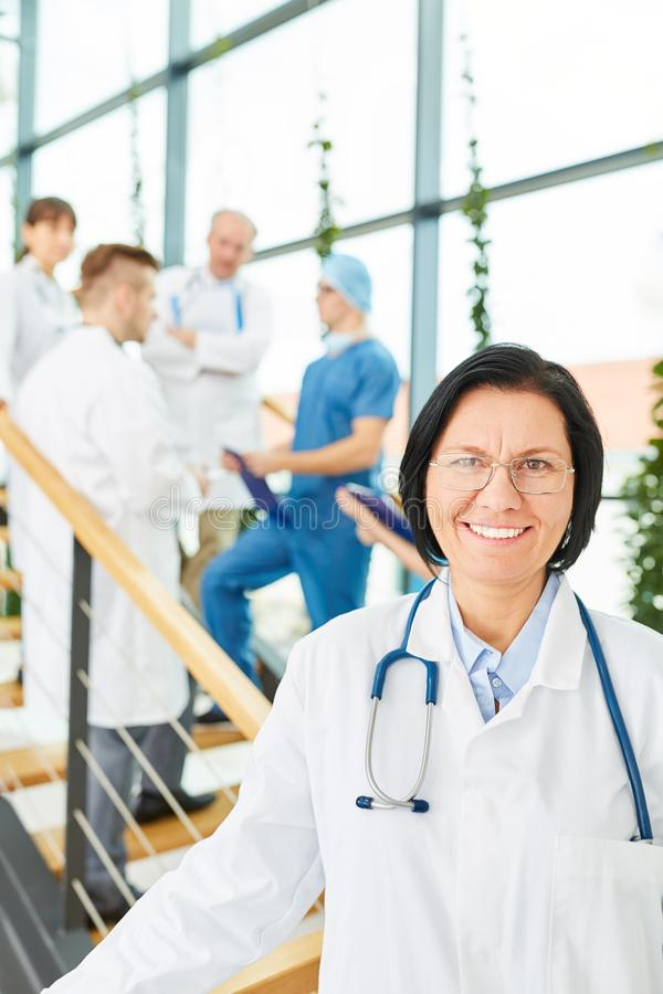 Docteur supérieur comme chef de clinique photos stock