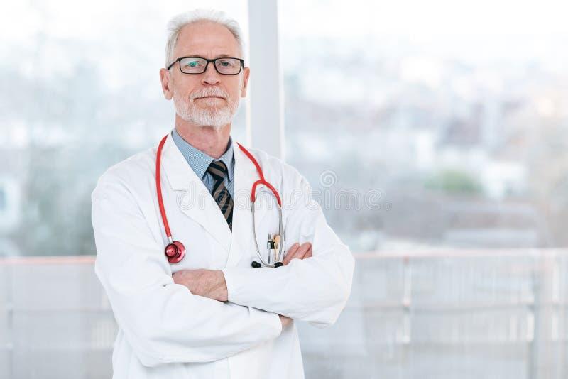 Docteur sup?rieur avec des bras crois?s photos stock