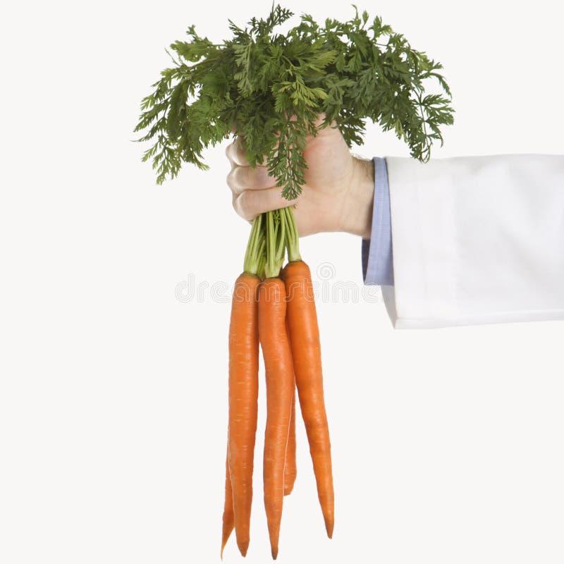 Docteur tenant des carottes photos libres de droits