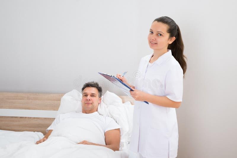 Docteur tenant des rapports médicaux de patient image libre de droits