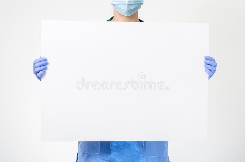 Docteur tenant le conseil vide image stock