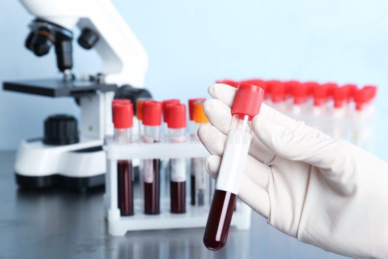 Docteur tenant le tube de verre avec le sang image stock