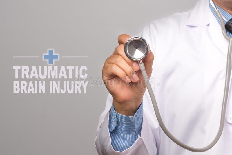 Docteur tenant un stéthoscope et un mot images stock