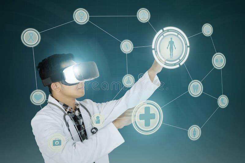 Docteur touchant les boutons médicaux photos stock