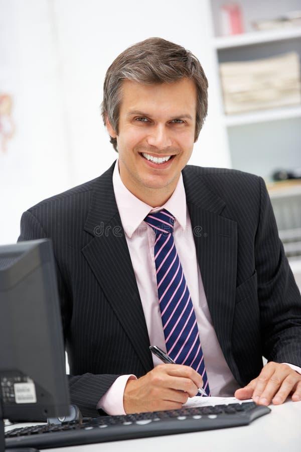 Docteur travaillant au bureau image libre de droits