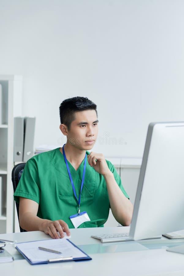 Docteur travaillant dans le bureau photos stock