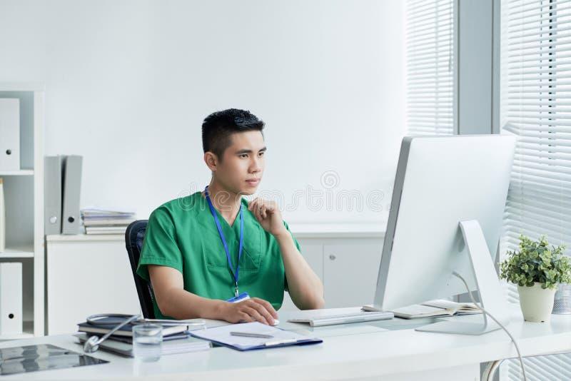 Docteur travaillant sur l'ordinateur images libres de droits