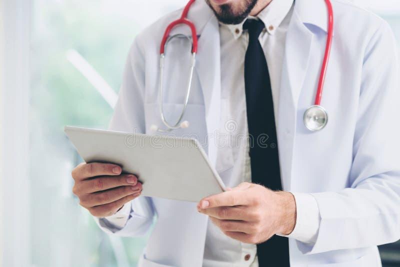 Docteur travaillant sur la tablette dans l'h?pital images stock