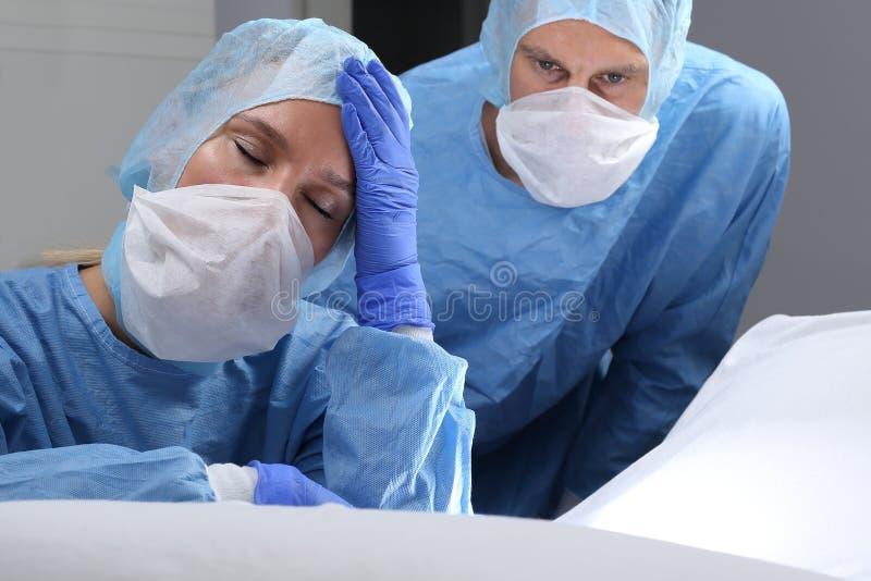 Docteur trop fatigué ou fâché faisant une chirurgie images stock