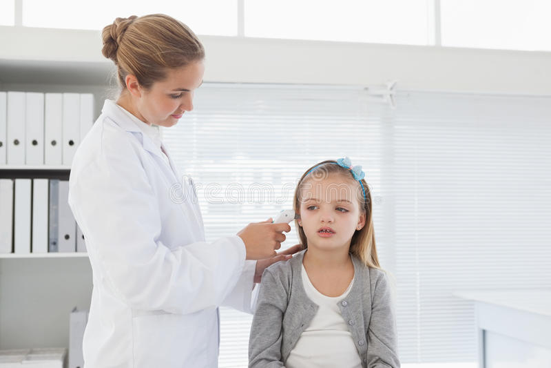Docteur vérifiant l'oreille de patients photos libres de droits