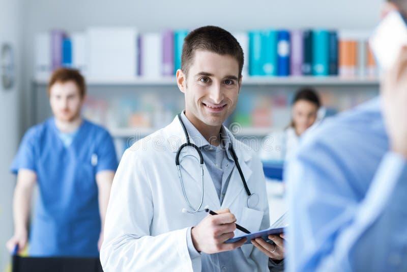 Docteur vérifiant les disques médicaux image stock