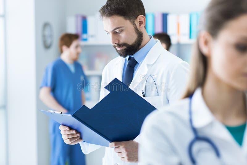 Docteur vérifiant les disques médicaux images stock
