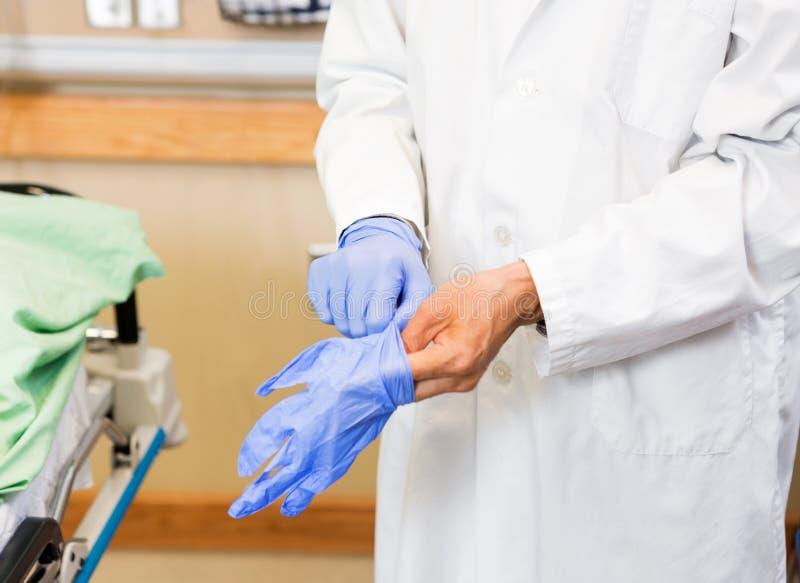 Docteur Wearing Protective Gloves dans l'hôpital photo libre de droits