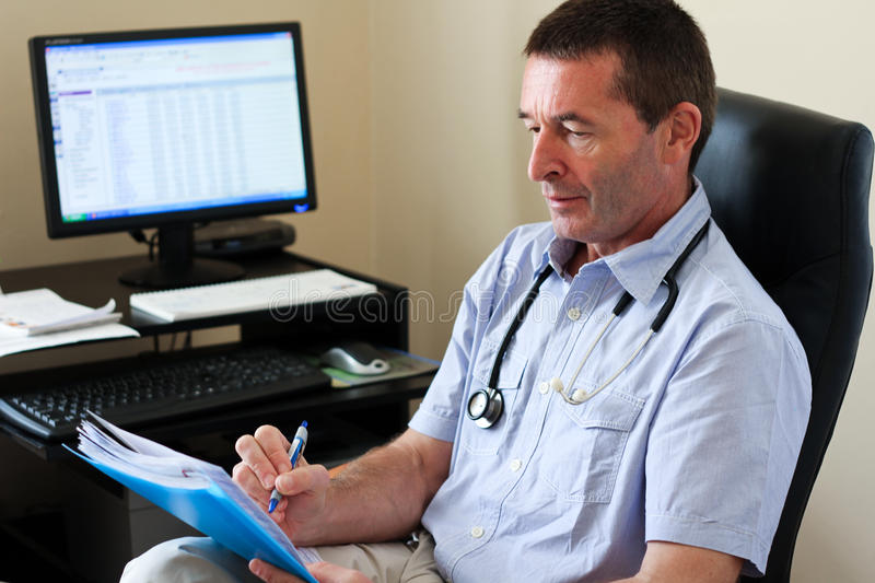 Docteur Writing On A Document photo stock