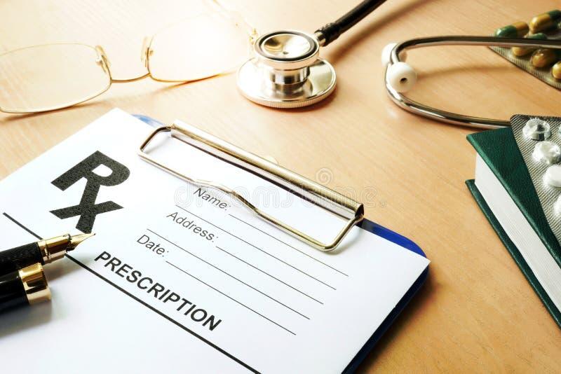 Doctor's tabell med den medicinska receptformen arkivbild