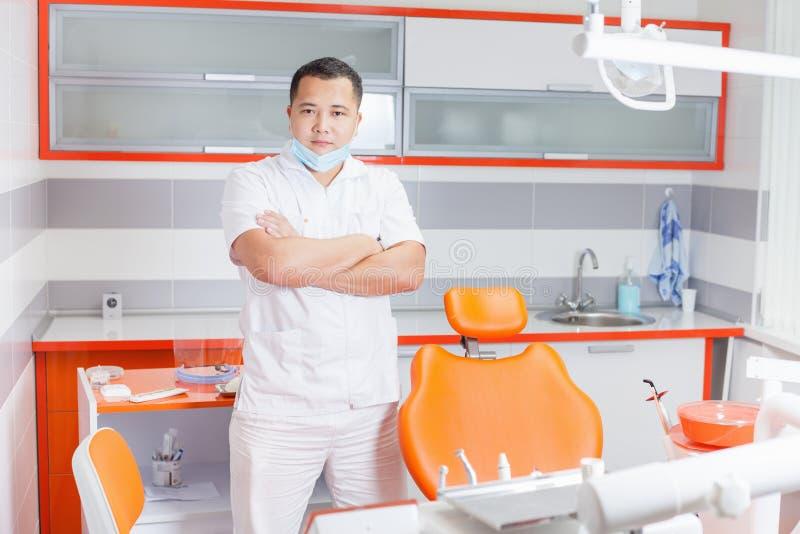 Doctor acertado del dentista en la clínica estomatológica imagen de archivo
