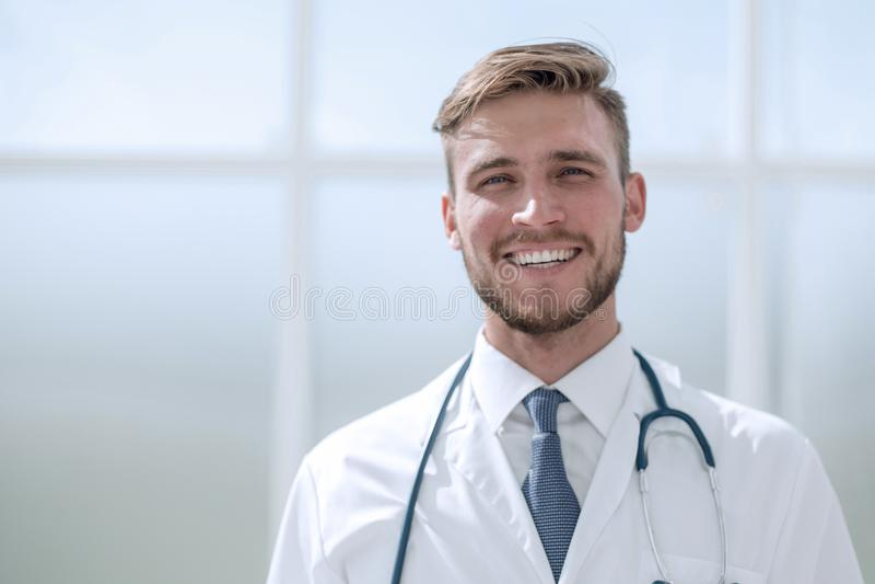 Doctor acertado el terapeuta, colocándose cerca de la ventana imagenes de archivo