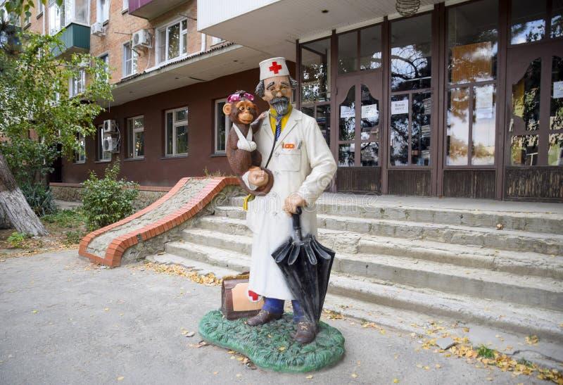 Doctor a Aibolit, una estatua de un doctor de un cuento de hadas Monumento al doctor cerca de la policlínico de los niños fotos de archivo libres de regalías