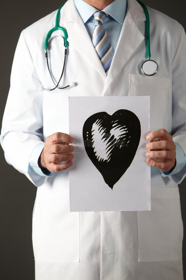 Doctor americano que sostiene el gráfico de la tinta del corazón fotos de archivo libres de regalías