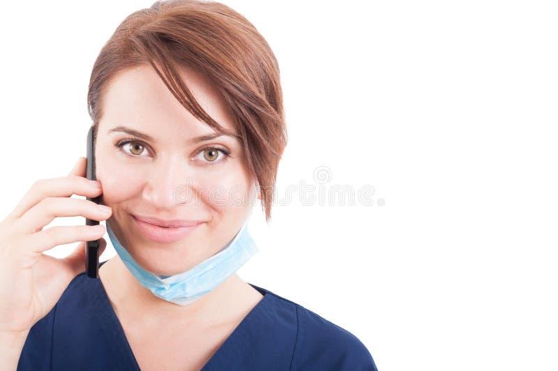 Doctor amistoso de la mujer que hace la consulta del teléfono foto de archivo libre de regalías
