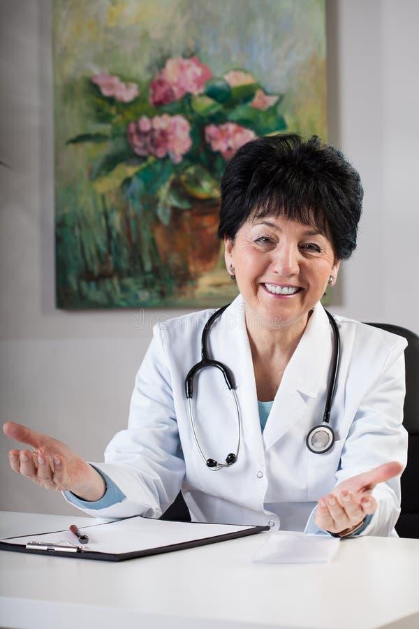Doctor amistoso en cirugía imagenes de archivo
