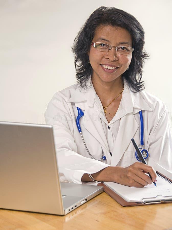 Doctor asiático de la mujer foto de archivo