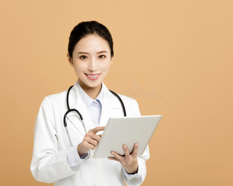 doctor asiático del farmacéutico de la mujer con la tableta foto de archivo libre de regalías