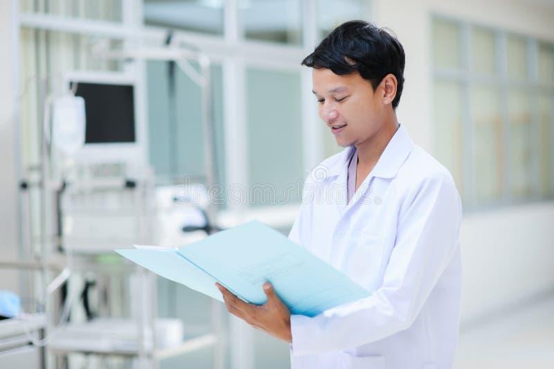 Doctor asiático en el hospital fotografía de archivo
