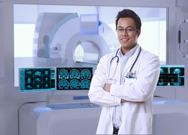 Doctor asiático en sitio de MRI en el hospital fotos de archivo