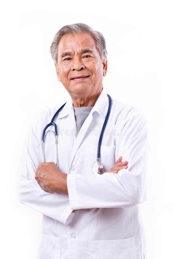 Doctor asiático experimentado, travesía del brazo imagen de archivo libre de regalías