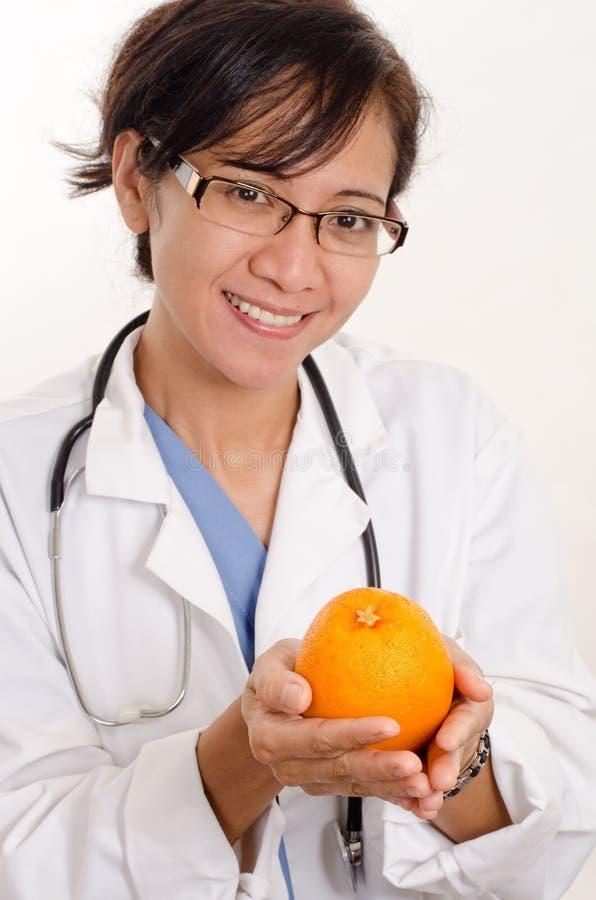 Doctor con una naranja imagen de archivo libre de regalías