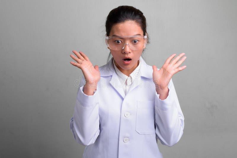 Doctor asiático hermoso joven de la mujer que lleva los vidrios protectores imágenes de archivo libres de regalías