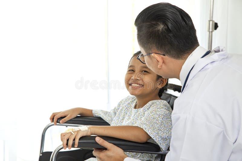 doctor asiático que toca a pacientes pediátricos fotos de archivo libres de regalías